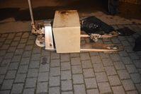 Mit einem Hubwagen transportierten die mutmaßlichen Tresordiebe den Geldschrank. Bild: Polizei