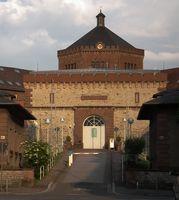 Eingang und Zentralbau der JVA Bruchsal