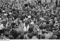Die Fahrer der Friedensfahrt 1952 vor dem Start zur achten Etappe in Leipzig. In der Menge: Ian Steel (Nr. 5)
