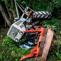 Traktor stürzte tiefe Böschung hinab Bild: Feuerwehr