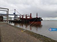Der geschädigte Bulkcarrier an der Pier Bild: Polizei