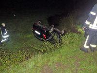 Der schwarze Kia landete auf dem Dach. Beide Insassen zogen sich leichte Verletzungen zu. Bild: Polizei