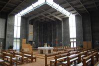 Als Gsteus Hauptwerk dieser Zeit gilt die 1963 bis 1965 errichtete Oberbaumgartner Pfarrkirche in Wien. Hier der Innenraum der Oberbaumgartner Pfarrkirche (1960–1965)