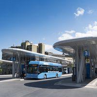 """Die emissionsfreien Busse in Wuppertal werden mit Wasserstoff betrieben, der in der Schwebebahnstadt selbst, aus dem Hausmüll der Wuppertaler produziert wird. /  Bild: """"obs/WSW Wuppertaler Stadtwerke GmbH/Stefan Tesche-Hasenbach"""""""