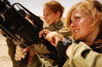 Israelische Soldatinnen entladen ihre Waffen