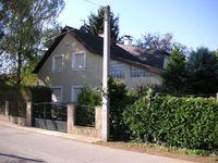 Außenansicht des Hauses, in dem Natascha Kampusch gefangen gehalten wurde