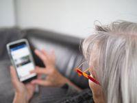 Frau am Handy: Spiele so beliebt wie nie. Bild: Petra Bork, pixelio.de