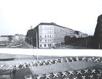 Grenzstreifen mit Hinterlandmauer, Blick von einer Aussichtsplattform an der Bernauer Straße (West) zur Eberswalder und Oderberger Straße (Ost), 1973