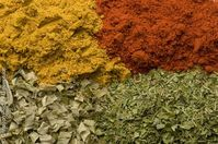 Curry, Paprika, Petersilie, Schnittlauch. Getrocknete Kräuter und Gewürze. Bild: Christoph Piecha / Greenpeace