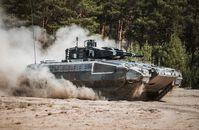 Der Schützenpanzer Puma bewegt sich durch das Gelände. Bild: Bundeswehr