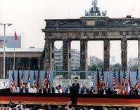 Reagan am 12. Juni 1987 bei seiner Berliner Rede mit dem Appell an Gorbatschow, die Mauer einzureißen und das Brandenburger Tor zu öffnen.
