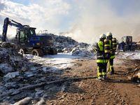 500 Tonnen Sperrmüll in Deponie geraten in Brand: hier ein Einsatzbild Bild: THW