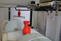 Vorn eine gedruckte Vase, hinten das digitale Modell auf dem Computermonitor. Das wirtschaftliche Po Quelle: (Foto: Marco Wirth) (idw)