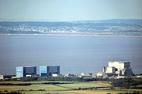 Links die beiden Reaktoren von Hinkley Point A, rechts Hinkley Point B