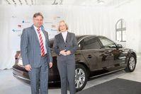 Forschungsministerin Prof. Dr. Johanna Wanka und Reiner Mangold, Leiter nachhaltige Produktentwicklung der AUDI AG, füllten die ersten fünf Liter Audi e-diesel in den Dienstwagen der Ministerin - einen Audi A8 3.0 TDI clean diesel quattro.  Bild: AUDI AG