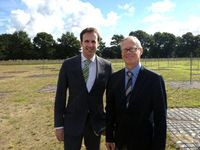 Die Professoren Dr. Marcus Brüggen und Dr. Dominik Schwarz (v.l.) freuen sich, dass der Betrieb in Norderstedt startet. Quelle: Foto: Universität Bielefeld (idw)