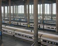 Die neue Haupthalle des Bahnhofs Atocha mit Zügen der RENFE