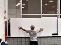 Wahlbeobachter wurden und werden in einigen Bundesstaaten illegalerweise ausgeschlossen und die Sicht durch die Scheibe blockiert. Warum? Foto aus Detroit.