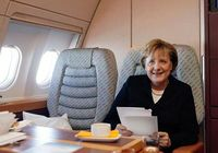 Auf Dienstreisen nutzt Bundeskanzlerin Merkel die Zeit im Flugzeug, um Unterlagen durchzuarbeiten. Bild: angela-merkel.de - Laurence Chaperon