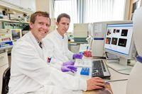 Privatdozent Dr. Immo Prinz (vorne) und Dr. Jan Haas am Durchfluszytometer. Quelle:  (idw)
