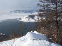 Blick vom Tscherski-Fels auf den Ursprung der Angara im Baikalsee, inklusive Schamanenstein