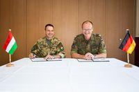 """Brigadegeneral Attila Takáz (l.) und Brigadegeneral Dirk Kipper (r.) unterzeichnen das Protokoll der Vereinbarung Bild: """"obs/Presse- und Informationszentrum des Heeres/Maximilian Schulz"""""""
