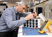 Professor James Marco bei der Arbeit im Labor.