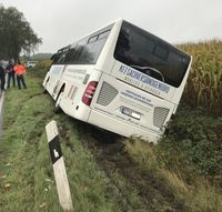 Bus im Seitenraum Bild: Polizei