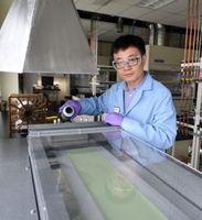 INL-Forscher Dong Ding bei der Arbeit mit der neuen Elektrode.
