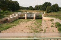 Ausgetrocknete Schwarze Elster (Lausitz) am Wehr in Senftenberg im Trockenjahr 2006. Quelle: Quelle: R. Ender (idw)