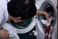 Mann an der Waschmaschine (Symbolbild)