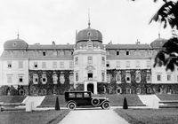 Das Bild der Limousine vor dem mittelböhmischen Schloss Lány wurde auch im damaligen Werbeprospekt abgedruckt. Bild: SMB Fotograf: Skoda Auto Deutschland GmbH