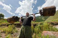 Gewichtheber mit selbstgebauten Langhanteln