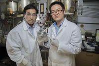 Meilin Liu (l.) und Yu Chen mit beschichteten Scheiben.