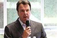 Heribert Bruchhagen 2011 bei der Vorstellung der neuen sportlichen Leitung von Eintracht Frankfurt
