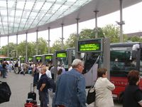 Fernbus: Bussteig auf dem Zentralen Omnibus-Bahnhof in Hamburg