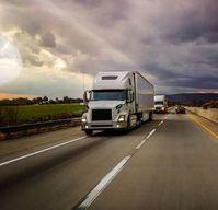 Lkw auf einem US-Highway: künftig emissionsarm unterwegs.
