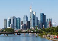 Frankfurter Skyline von der Deutschherrnbrücke aus gesehen (2015)