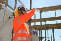"""Wer im Freien arbeitet muss bei hohen Temperaturen viel zu trinken. Bild: """"obs/Berufsgenossenschaft der Bauwirtschaft/Thomas Lucks/ BG BAU"""""""