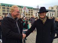"""Unterstützung für Anti-Walfang-Demonstration (lks. Jürgen Ortmüller (WDSF) und Pierce Brosnan). Bild: """"obs/Journal Society GmbH/Wal- und Delfinschutz-Forum"""""""