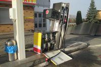 Beschädigte Zapfsäulen und ausgelaufener Kraftstoff