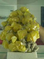 So sehen natürliche Schwefelkristalle aus-