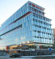 Das Bürogebäude verdankt sein Raumklima der Körperwärme von Bahnreisenden. Bild: Wikimedia Commons
