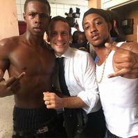 Emmanuel Macron posiert mit Stinkefinger-Schwarzen