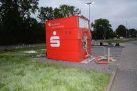 Das Foto zeigt den gesprengten Geldausgabeautomaten in Riepe. Bild: Polizei