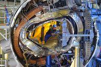 Montagefortschritt: Der Ring ist geschlossen; das hier sichtbare Innenleben von Wendelstein 7-X ist hinter der stählernen Außenhülle verschwunden. Quelle: (Foto: IPP, Wolfgang Filser) (idw)