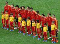 Spanische Startaufstellung beim EM-Gruppenspiel gegen Italien am 10. Juni 2012. Von links nach rechts: Arbeloa, Iniesta, Silva, Alba, Alonso, Busquets, Piqué, Fàbregas, Xavi, Ramos und Casillas.