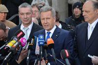 """Nach dem Freispruch äußerte sich Bundespräsident a.D. Christian Wulff, hier vor dem Landgericht Hannover mit seinen Verteidigern Bernd Müssig (links) und Michael Nagel, erleichtert darüber, """"dass sich ... das Recht durchgesetzt hat."""""""