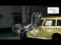 "Screenshot aus dem Youtube Video ""UDV Crashtest: Pedelec Fahrer mit Helm gegen Auto"""