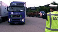 LKW-Kontrolle des Bundesamts für Güterverkehr (BAG). Bei jedem fünften LKW haben die Beamten etwas zu beanstanden, meist Verstöße gegen die vorgeschriebenen Lenk- und Ruhezeiten. Bild: ZDF und Christian Bock